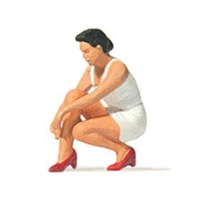 Preiser 28228 H0 Vrouw die haar schoenen aantrekt